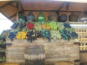 Frutta di plastica esposta lungo il Decumano