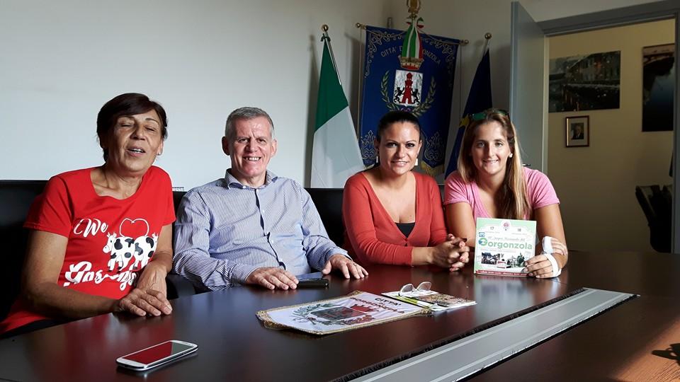 Il Sindaco di Gorgonzola Angelo Stucchi e la Presidente della Proloco Donatella Lavelli ricevono le blogger Valentina Maietta ed Elisa Balconi